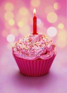 7977550-cupcake-rosa-cumpleanos-con-una-vela