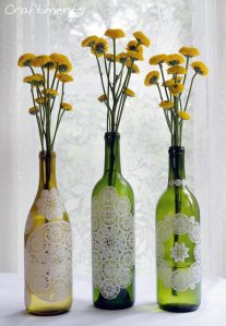Crédito das fotos: www.craftiments.com/2012/06/paper-doily-decoupage-bottles.html