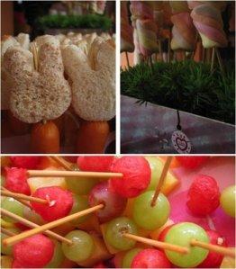 Criança adora espetinho. Além dos coloridos feitos com frutas ou de marshmallow, crie outras possibilidades, como a salsicha com pão de forma