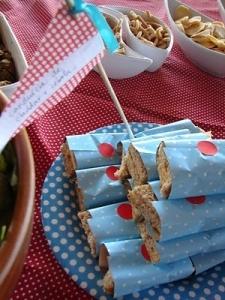 Os sanduíches vão ficar todos organizados – e lindos! – se forem arrumadinhos embalados em guardanapos coloridos