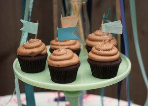 Outra ideia super simples decorar os cupcakes com bandeirinhas nas cores da festa. Você também pode escolher outros formatos que tenham a ver com o tema escolhido