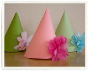 Simples flores de papel dão um toque todo especial no chapéu da festa