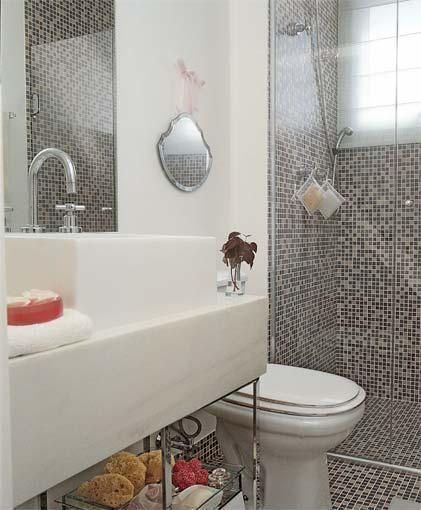 Banheiros-decorados-com-pastilhas-de-vidro-box