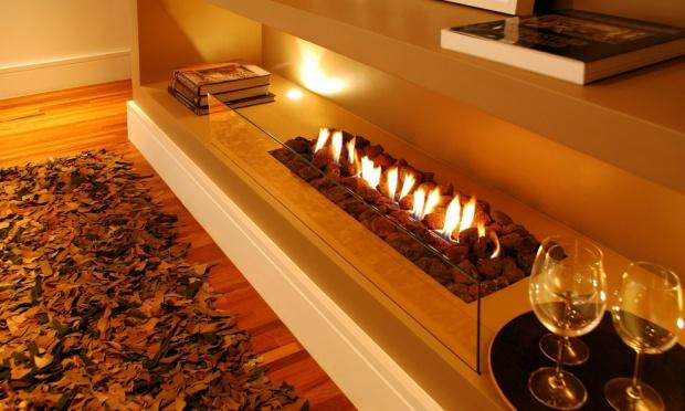 A lareiras a gás é ideal para quem tem pouco espaço em casa, ela pode ser instalada no gás da cozinha, sem criar fumaça nem sujeira. Alguns modelos, como este da foto, dispensam chaminé