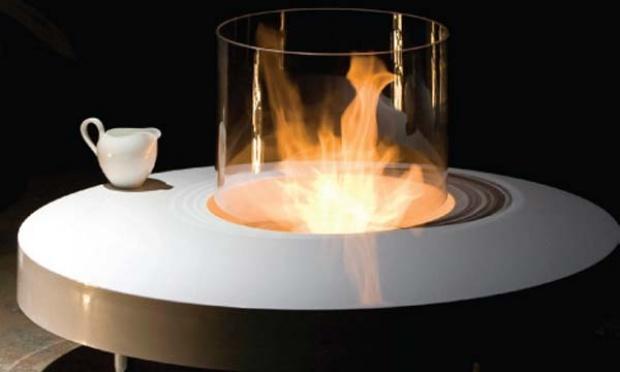 Feita de poliéster com acabamento de laca, a lareira Single vem com recipiente para o álcool gel, que garante fogo durante quatro horas seguidas