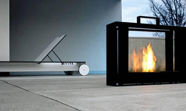 Para ligar a lareira elétrica, basta acionar um botão, o que facilita o manuseio. Não requer limpeza interna nem troca de lenha, pois não há queima de fogo. Não precisa de chaminé .