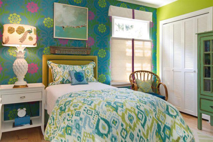 14-quarto-adolescente-colorido-com-papel-de-parede-e-colcha