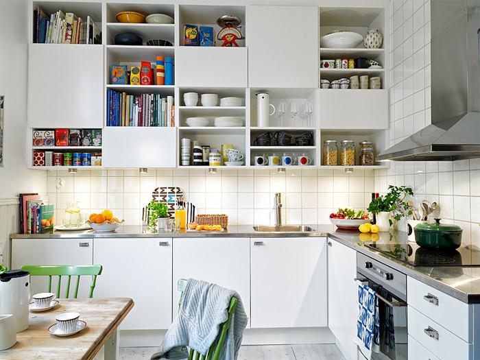 04-cozinha-decorada-branca-escandinava-detalhes-coloridos