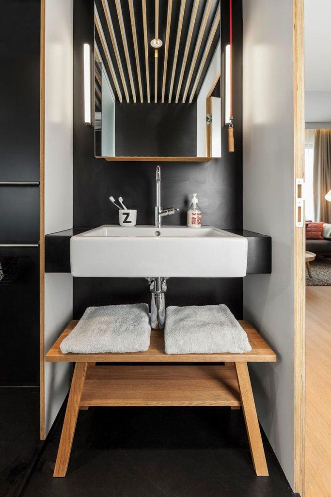06-banheiro-pequeno-parede-preta