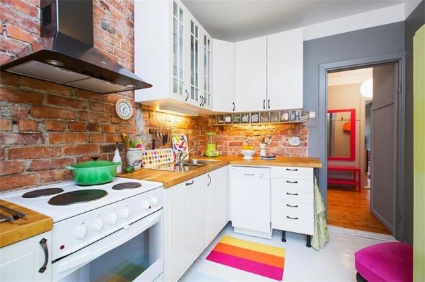 09-cozinha-cinza-colorida-moderna-divertida-com-tijolinho
