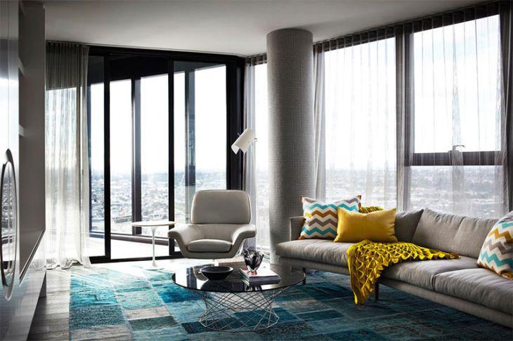 2-manta-amarela-sofa-cinza-contemporaneo
