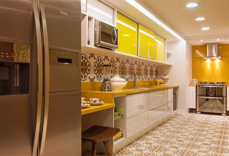12-cozinha-bancada-amarela-ladrilho-hidraulico