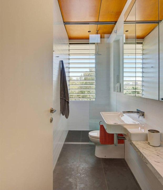 5-banheiro-pequeno-bancada-pequena-espelho