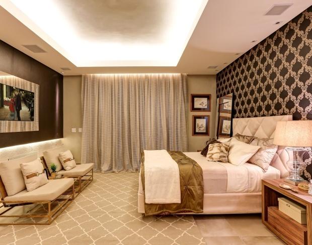 na-suite-master-desenhada-por-renata-valeiro-os-tons-escuros-dos-revestimentos-nas-paredes-contrastam-com-as-cores-claras-e-neutras-do-piso-mobiliario-e-objetos-a-1-edicao-da-casa-1417609129474_1920x1