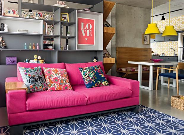 sala-sofa-rosa-tapete-azul-